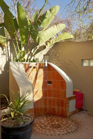 Cheetah Plains: luxury room outdoor shower