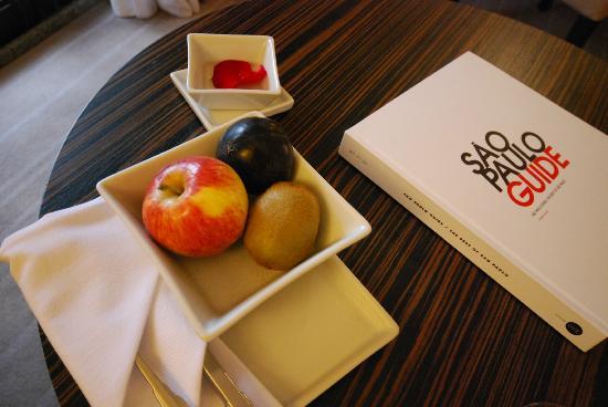 InterContinental Sao Paulo: ウェルカムフルーツ&フラワーアレンジ&サンパウロガイドブック