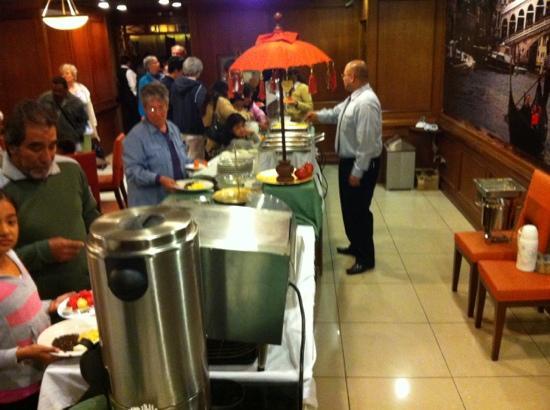 BEST WESTERN PLUS Hotel Stofella: un buffet vide, une personne pour s'en occuper