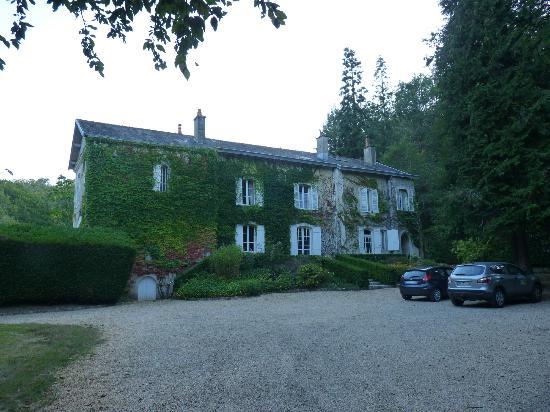Domaine De La Brugere : Driveway and front entrance