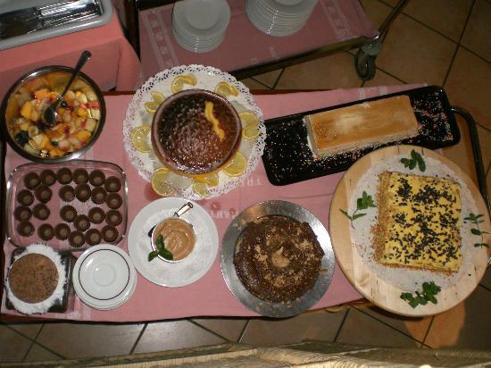 Borgo d'Ale, Italia: Carrello di dolci