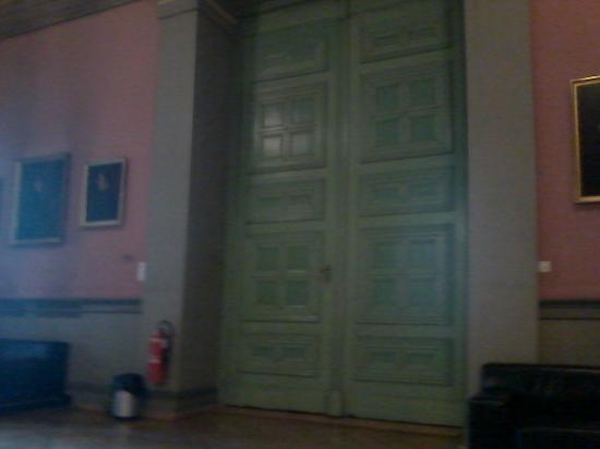 Naturhistorisches Museum: A huge door!!
