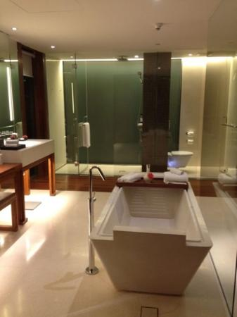 Hansar Bangkok: bathroom