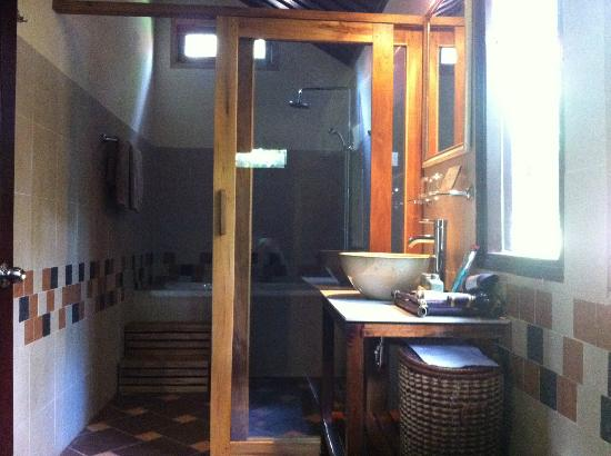 Cassia Cottage: Large bathroom.