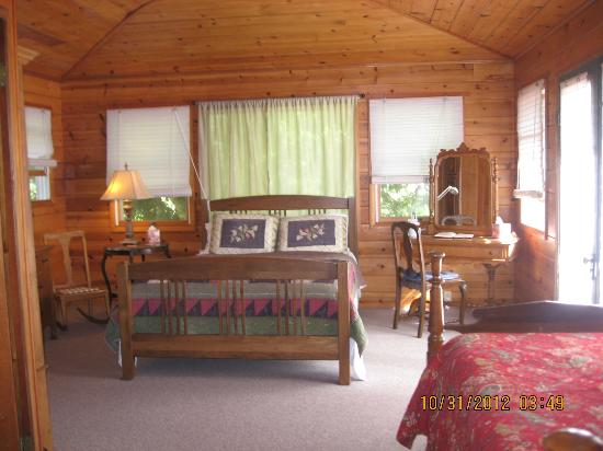 Waipio Wayside B&B: Wonderful open and airy room