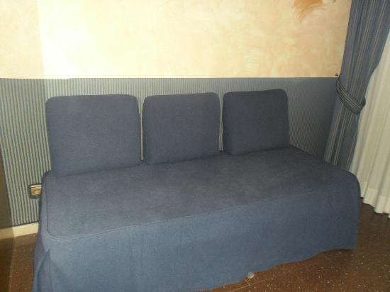 Atenea Calabria Apartaments: Skal forestille sig at være en sofa, men kan også være en seng