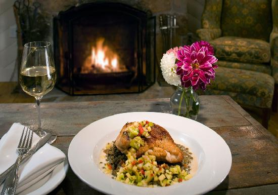 Lake Rabun Hotel & Restaurant: dining by the fire