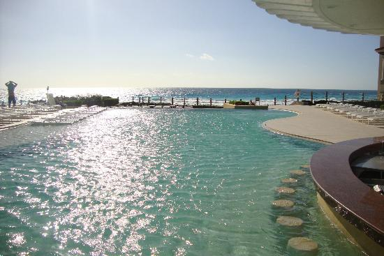 Grand Park Royal Cancun Caribe: Piscina com borda infinita