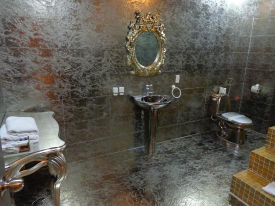 Mai Hotel Hanoi: beautiful silver bathroom