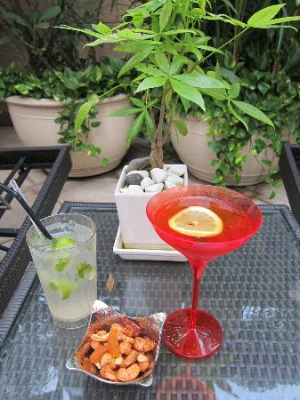 Caravelle Saigon: drinks by the pool