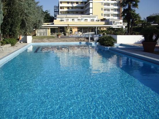 Wellness Hotel Terme delle Nazioni: piscina per il nuoto e struttura dal retro