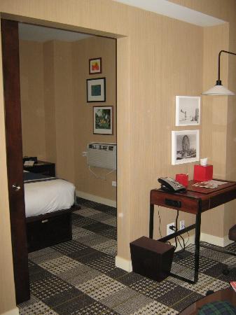 Hotel Lincoln, a Joie de Vivre Hotel: Looking into bedroom