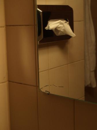 Pension Seibel: Трещина на зеркале в ванной