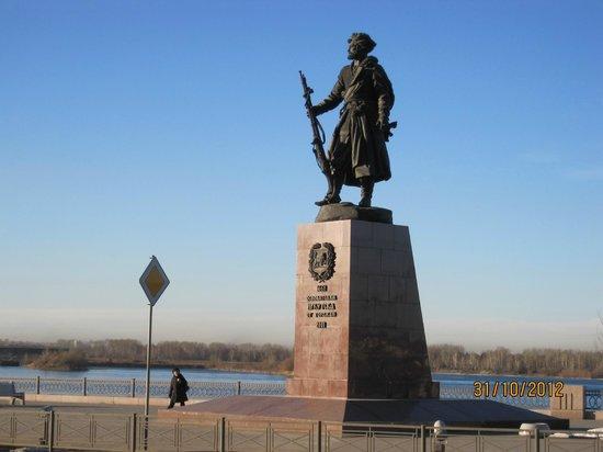 Empire Hotel: Памятник одному из основателей Иркутска Якову Похабову.