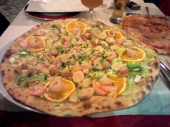 Pizza Esotica Con Capesante Gamberetti Insalata E Arance