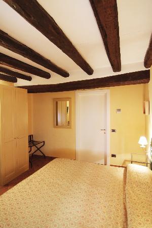 camera superior travi in legno in vista - Picture of Borgovico Hotel ...