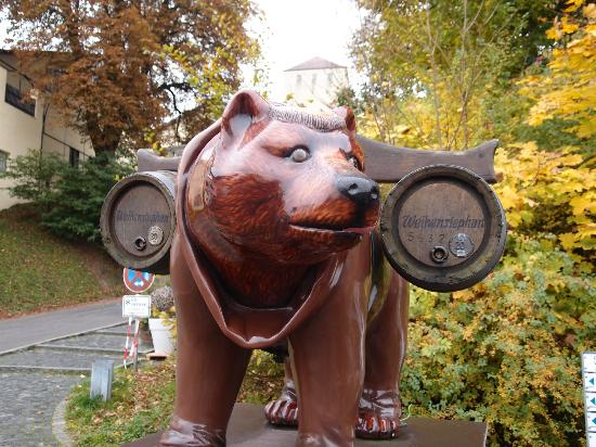 Weihenstephan: Bear with bier barrels with the Freising Bear