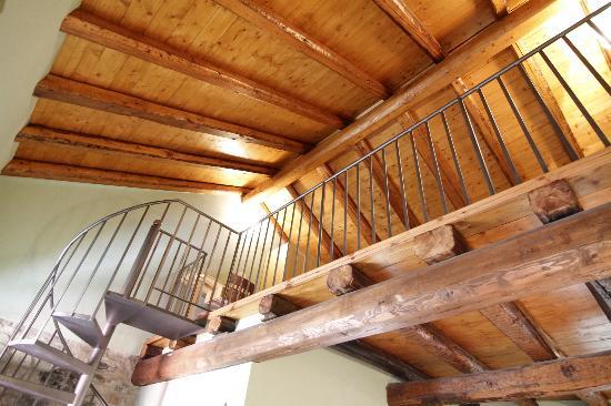 Soppalco camera de luxe tutto in legno con scala in ferro battuto ...