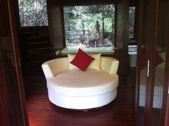 An Lam Ninh Van Bay Villas: Bathroom with couch, bath has a window and shower next door