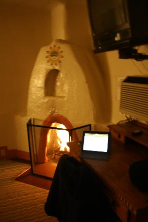 El Colorado Lodge: Fireplace in my room