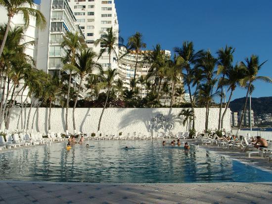 Elcano Hotel: La piscine, face à la plage