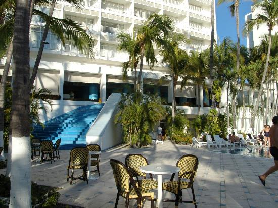 Elcano Hotel: L'espace piscine/bar