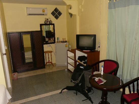 ECO Guesthouse : TV, fridge, safe