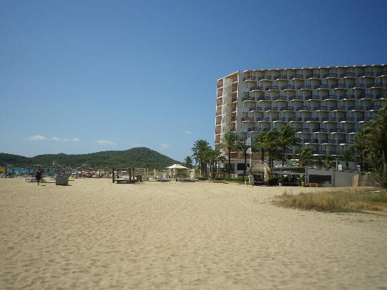 Ushuaia Ibiza Beach Hotel: Der schöne Strand und das Hotel, das neben unserem war.