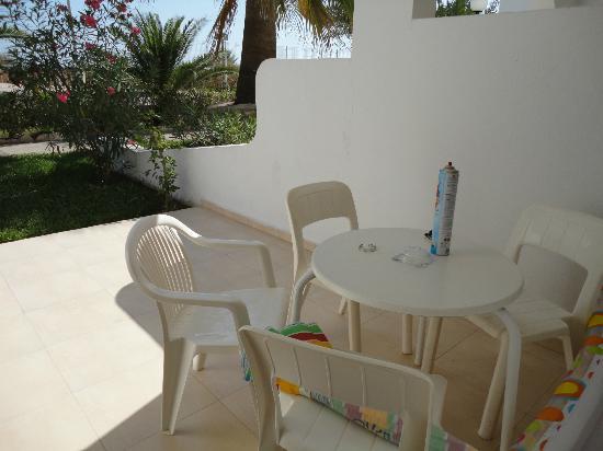Ushuaia Ibiza Beach Hotel: Terrasse mit kleinem Tisch und Stühlen.