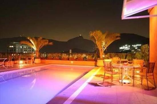 Golden Tulip Ipanema Plaza: Pool at night