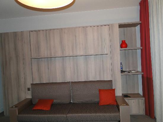 Adagio Vienna City: кровать спрятана в стене, днем тут диван