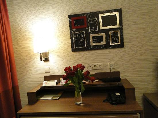 Adagio Vienna City: в рамки можно вставить фотки или картинки на свой вкус, в вазу - цветы 