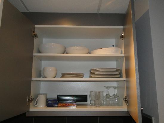 Adagio Vienna City: посуда на кухне 