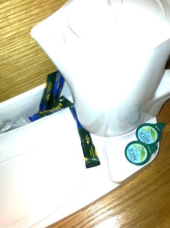 Holiday Inn Express Birmingham NEC: Sachet to make kettle work!