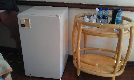 Impala Hotel: frigo servant de mini bar (vide) bouilloire prête à l'emploi (depuis quand l'eau y était-elle ??