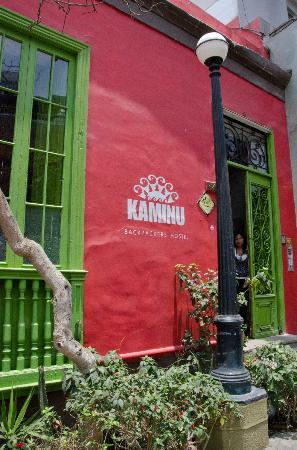 Kaminu Backpackers Hostel: Outside of hostel on a walk street