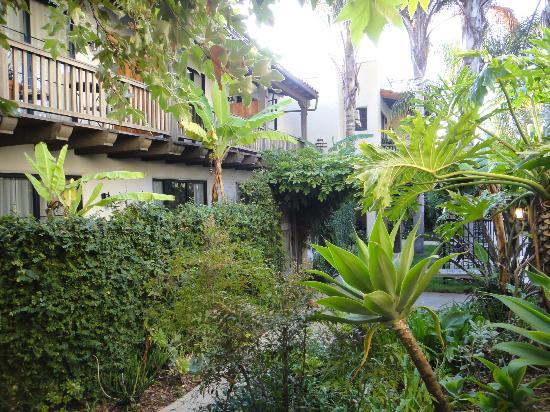 Spanish Garden Inn: gardens