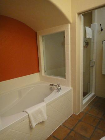 Spanish Garden Inn: bathroom exective king