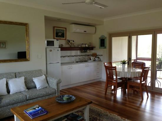 Cosy Cow Farmstay/Bed & Breakfast : Living and dining area