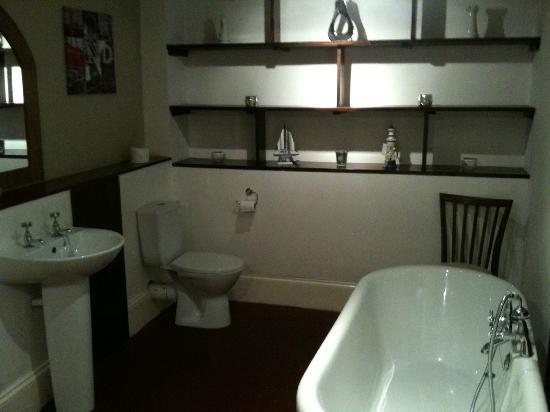 Abbey Hotel: spacious bathroom in room 20