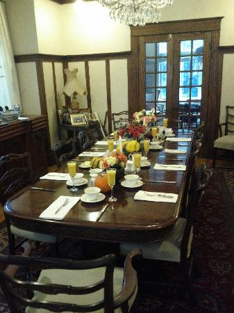 Ashbury House B&B: The breakfast table at Ashbury House