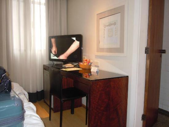 Orla Copacabana Hotel: Quarto vista da porta de entrada. TV, janela, porta do BWC e pé da cama
