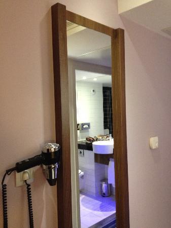 Holiday Inn Express Montpellier - Odysseum: Miroir et sèche cheveux