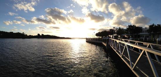 Bella Villa Motor Inn: Sunset at nearby bay area