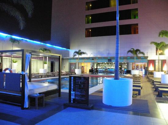 Hotel Riu Plaza Guadalajara: Piscine vue de nuit