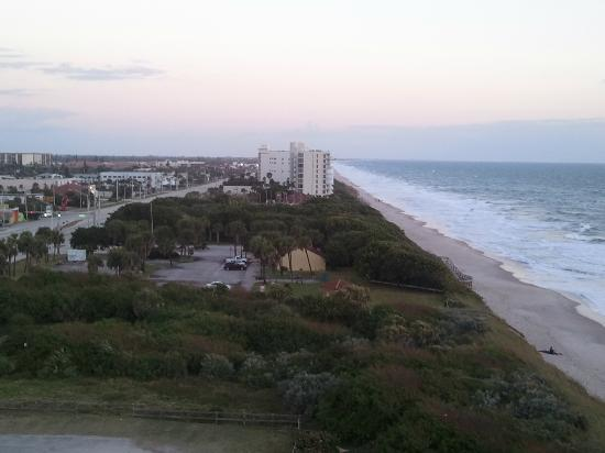 Radisson Suite Hotel Oceanfront : View from side balcony