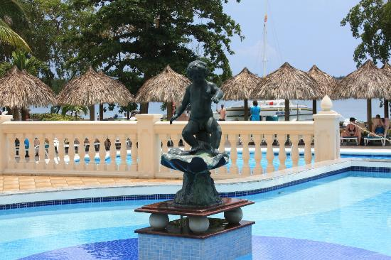 ClubHotel Riu Negril: Just outside lobby area