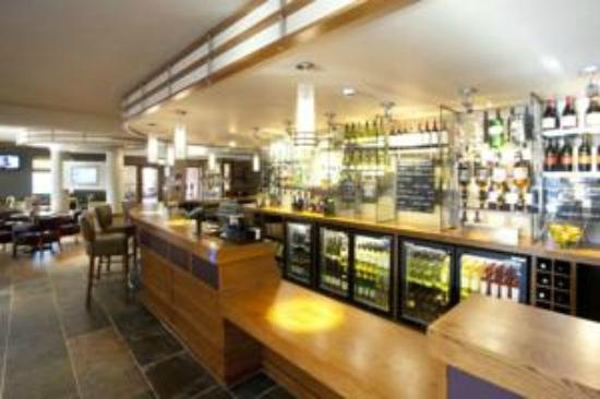 Premier Inn Inverness West Hotel: bar in the beefeater