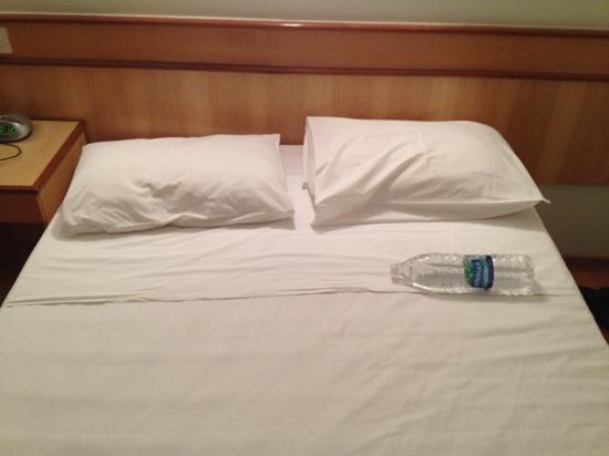 Scorial Rio Hotel: dimostrazione modeste dimensioni letto matrimoniale in camera deluxe