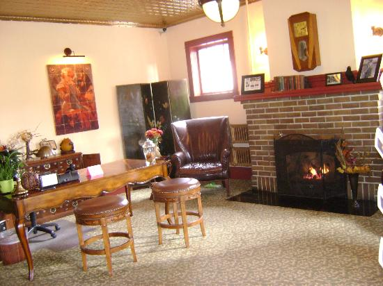 Chamberlin Inn: A nice fire in the lobby awaits you!